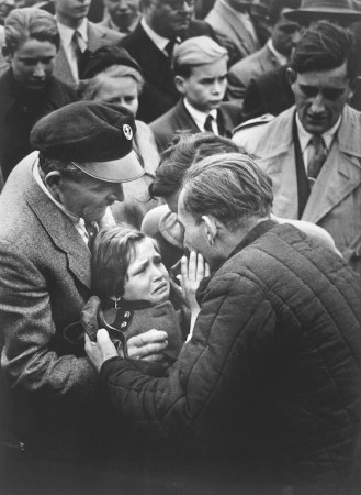 German-World-War-II-prisoner-reunited-with-daughter.-Helmuth-Pirath-1956.