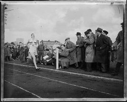 Roger-Bannister-Breaks-4-Minute-Mile