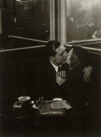 brassai-1932-33-Lovers-in-a-Bistro