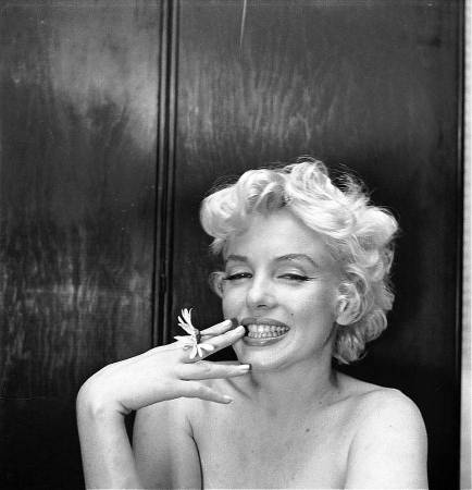 Cecil_Beaton_marilyn with daisy