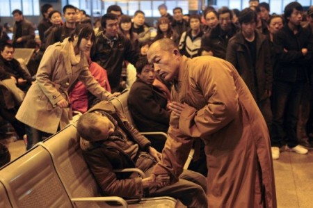 chinese-monk-prays-for-dead-man-in-train-station