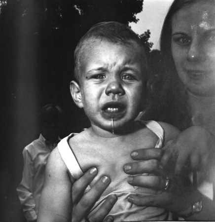diane-arbus-mother-holding-her-child-nj-1967