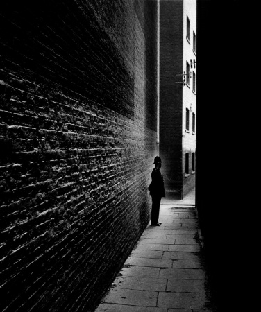 POLICEMAN-IN-A-BERMONDSEY-ALLEY-1938-