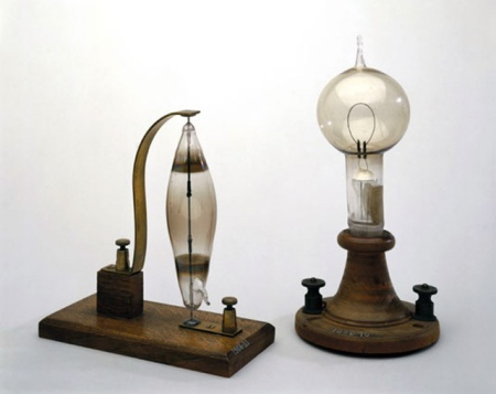 Light bulbs from 1878-1880 from Joseph Swan (left) and Thomas Edison (right).