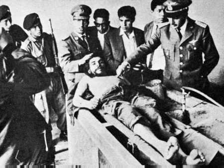 The body of Che Guevara with the Bolivian army.