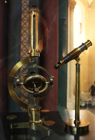 An 1867 replica of Foucault's original gyroscope.